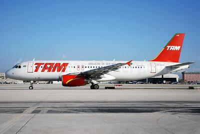 TAM Brasil (TAM Linhas Aereas) Airbus A320-232 PR-MAW (msn 2417) (Orgulho de Ser Brasileira) MIA (Bruce Drum). Image: 100181.