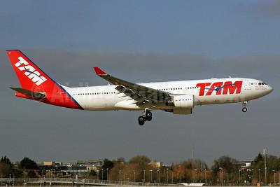 TAM Brasil (TAM Linhas Aereas) Airbus A330-203 PT-MVH (msn 477) LHR (SPA). Image: 924658.