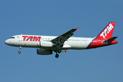 TAM Brasil (TAM Linhas Aereas) Airbus A320-233 PR-MBL (msn 2044) GRU (Marcelo F. De Biasi). Image: 900385.