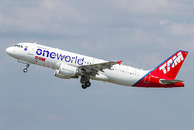 The first TAM aircraft to wear the Oneworld livery