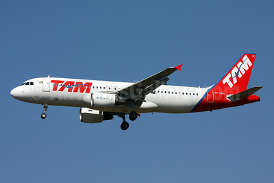 TAM Brasil (TAM Linhas Aereas) Airbus A320-214 PR-MHC (msn 1717) GRU (Marcelo F. De Biasi). Image: 900386.
