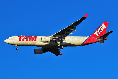 TAM Brasil (TAM Linhas Aereas) Airbus A330-203 PT-MVG (msn 472) (Signatures) JFK (Ken Petersen). Image: 901737.