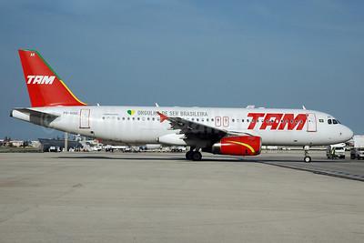 TAM Brasil (TAM Linhas Aereas) Airbus A320-232 PR-MAK (msn 1825) (Orgulho de Ser Brasileira) MIA (Bruce Drum). Image: 100664.