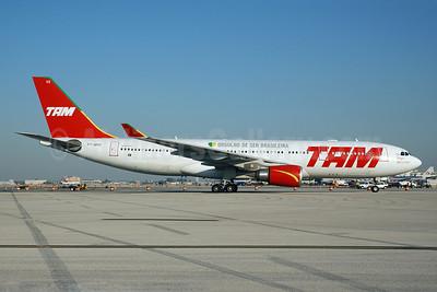 TAM Brasil (TAM Linhas Aereas) Airbus A330-203 PT-MVG (msn 472) (Orgulho de Ser Brasileira) MIA (Bruce Drum). Image: 100665.