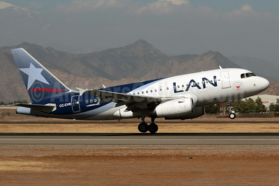 LAN Airlines (Chile) Airbus A318-121 CC-CVR (msn 3390) (Telethon 2011) SCL (Alvaro Romero). Image: 912119.