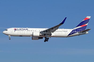 LATAM Airlines (Chile) Boeing 767-316 ER WL  CC-BDA (msn 40798) LAX (Michael B. Ing). Image: 940180.