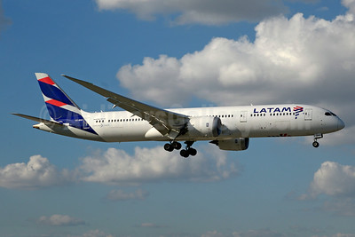 LATAM Airlines (Chile) Boeing 787-9 Dreamliner CC-BGC (msn 35321) MIA (Jay Selman). Image: 403508.