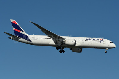 LATAM Airlines (Chile) Boeing 787-9 Dreamliner CC-BGA (msn 35317) JFK (Fred Freketic). Image: 934848.