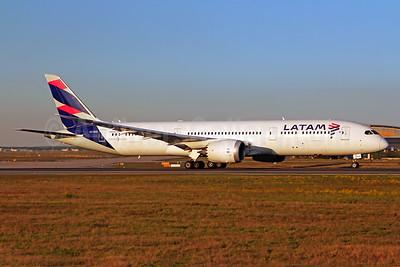 LATAM Airlines (Chile) Boeing 787-9 Dreamliner CC-BGD (msn 35322) FRA (Marcelo F. De Biasi). Image: 939889.