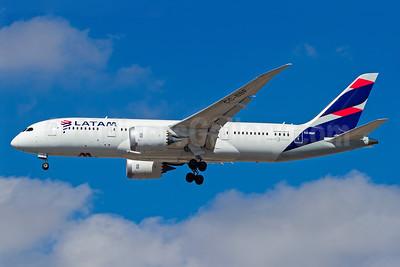 LATAM Airlines (Chile) Boeing 787-8 Dreamliner CC-BBF (msn 38476) GRU (Rodrigo Cozzato). Image: 938770.