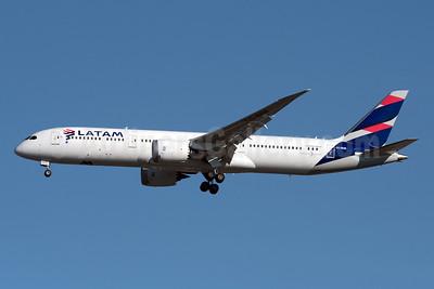 LATAM Airlines (Chile) Boeing 787-9 Dreamliner CC-BGE (msn 38478) JFK (Fred Freketic). Image: 948774.