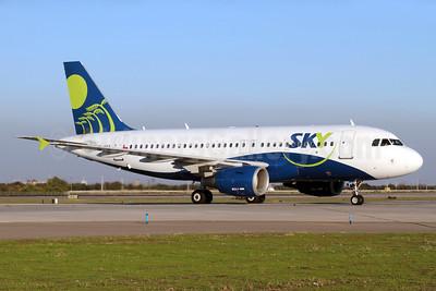 Sky Airline (Chile) Airbus A319-111 CC-AFY (msn 2129) SCL (Alvaro Romero). Image: 938129.