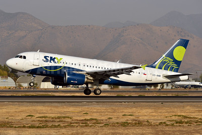 Sky Airline (Chile) Airbus A319-111 CC-AHD (msn 2460) SCL (Ken Petersen). Image: 937967.