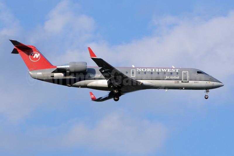 Northwest Jet Airlink-Pinnacle Airlines Bombardier CRJ200 (CL-600-2B19) N8501F (msn 7501) MSP (Bruce Drum). Image: 101142.