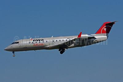 NWA Airlink-Pinnacle Airlines Bombardier CRJ200 (CL-600-2B19) N825AY (msn 8025) MSP (Bruce Drum). Image: 101641.