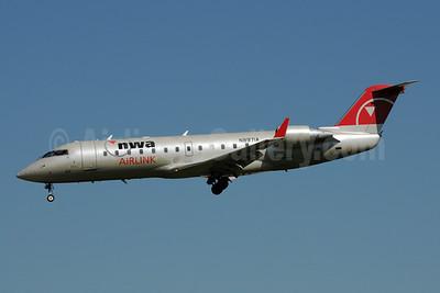 NWA Airlink-Pinnacle Airlines Bombardier CRJ440 (CL-600-2B19) N8971A (msn 7971) MSP (Bruce Drum). Image: 108253.