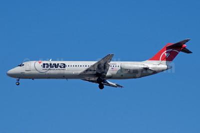 Northwest Airlines-NWA McDonnell Douglas DC-9-31 N8986E (msn 47402) ATL (Jay Selman). Image: 402087.