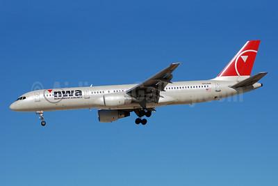 Northwest Airlines-NWA Boeing 757-251 N553NW (msn 26500) LAS (Bruce Drum). Image: 100124.