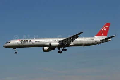 Northwest Airlines-NWA Boeing 757-351 N596NW (msn 32996) MSP (Bruce Drum). Image: 103242.