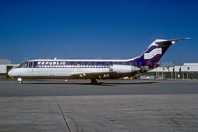 Republic Airlines (1st) McDonnell Douglas DC-9-14 N3308L (msn 45703) (Southern colors) MIA (Bruce Drum). Image: 103775.