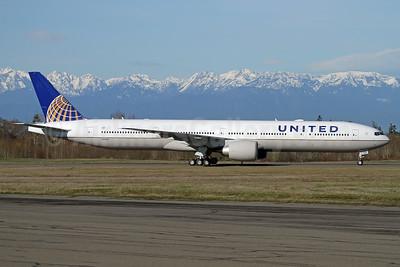 United Airlines Boeing 777-300 ER N2645U (msn 64989) PAE (Nick Dean). Image: 941244.