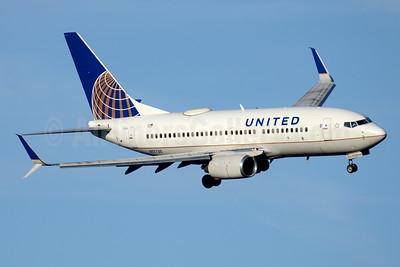 United Airlines Boeing 737-724 SSWL N17730 (msn 28798) DCA (Jay Selman). Image: 403566.
