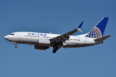 United Airlines Boeing 737-724 SSWL N14704 (msn 28765) DEN (Fred Freketic). Image: 933618.