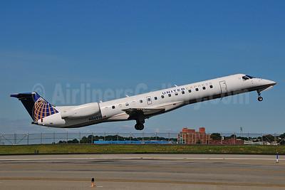 United Express-ExpressJet Airlines Embraer ERJ 145LR (EMB-145LR)  N36915 (msn 145421) LGA (Ken Petersen). Image: 924301.