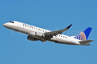 United Express-SkyWest Airlines Embraer ERJ 170-200LR (ERJ 175) N125SY (msn 17000440) LAX (Jay Selman). Image: 403314.