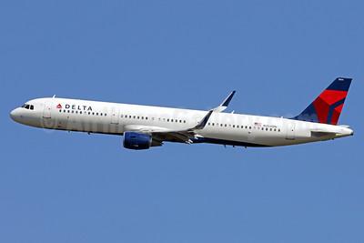 Delta Air Lines Airbus A321-211 WL N304DN (msn 7112) DCA (Brian McDonough). Image: 937147.