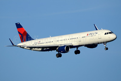 Delta Air Lines Airbus A321-211 WL N303DN (msn 7061) DCA (Jay Selman). Image: 403527.