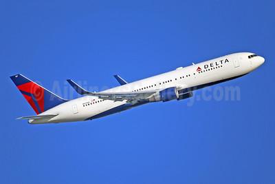 Delta Air Lines Boeing 767-332 ER WL N197DN (msn 28454) LHR (Keith Burton). Image: 945676.
