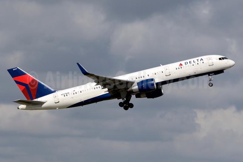 Delta Air Lines Boeing 757-251 WL N557NW (msn 33393) FLL (Jay Selman). Image: 403484.