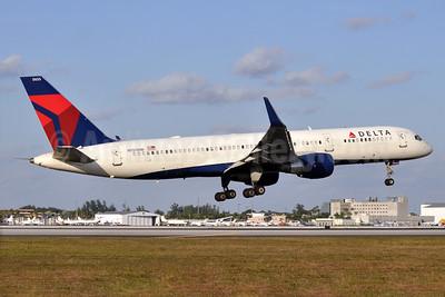 Delta Air Lines Boeing 757-251 WL N555NW (msn 33391) MIA (Robbie Shaw). Image: 937954.