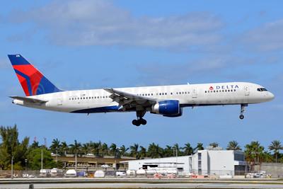Delta Air Lines Boeing 757-232 N676DL (msn 25981) FLL (Bruce Drum). Image: 104511.