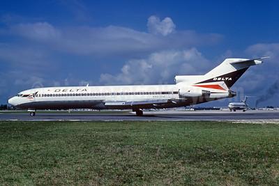 Delta Air Lines Boeing 727-232 N467DA (msn 20744) FLL (Bruce Drum). Image: 102801.