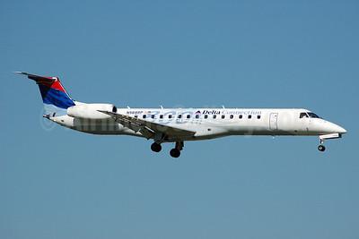 Delta Connection-Chautauqua Airlines Embraer ERJ 145LR (EMB-145LR) N568RP (msn 145800) (800th) MIA (Bruce Drum). Image: 100406.