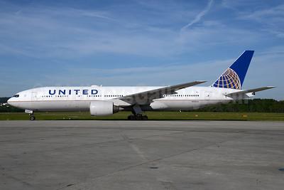 United Airlines Boeing 777-222 N769UA (msn 26921) ZRH (Rolf Wallner). Image: 933078.