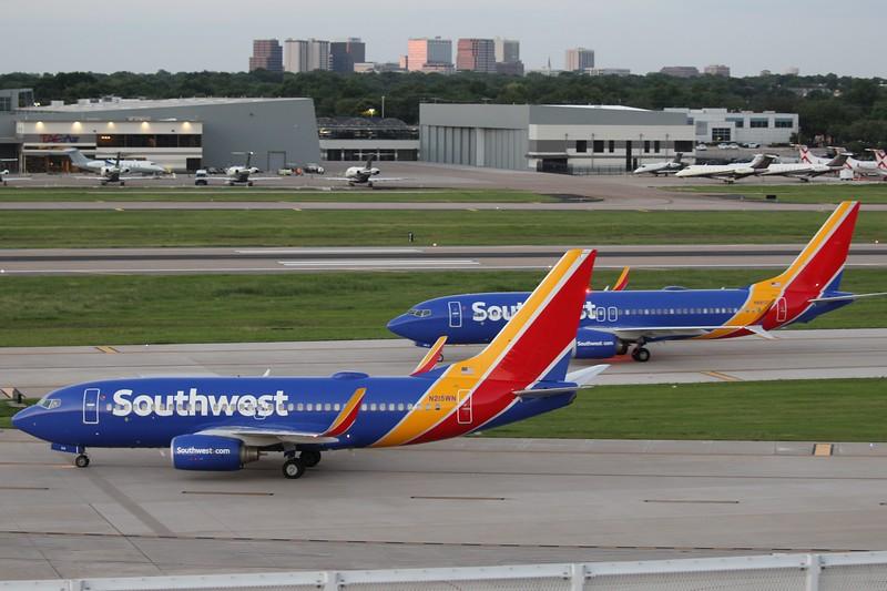 Southwest Airlines (WN) N215WN B737-7H4 [cn32487] & N8812Q B737-8MAX [cn42662]