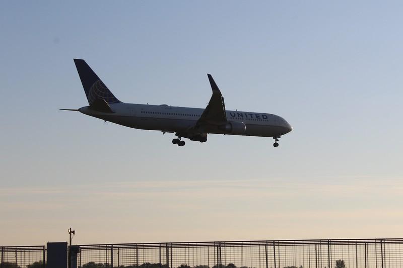 United Airlines (UA) N675UA B767-322 ER [cn29243]