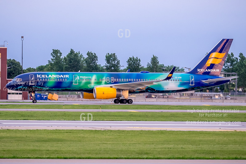 Icelandair Aurora Borealis 757 at MSP