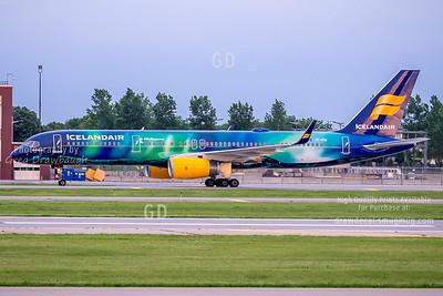 Icelandair Aurora Borealis 757 at MSP