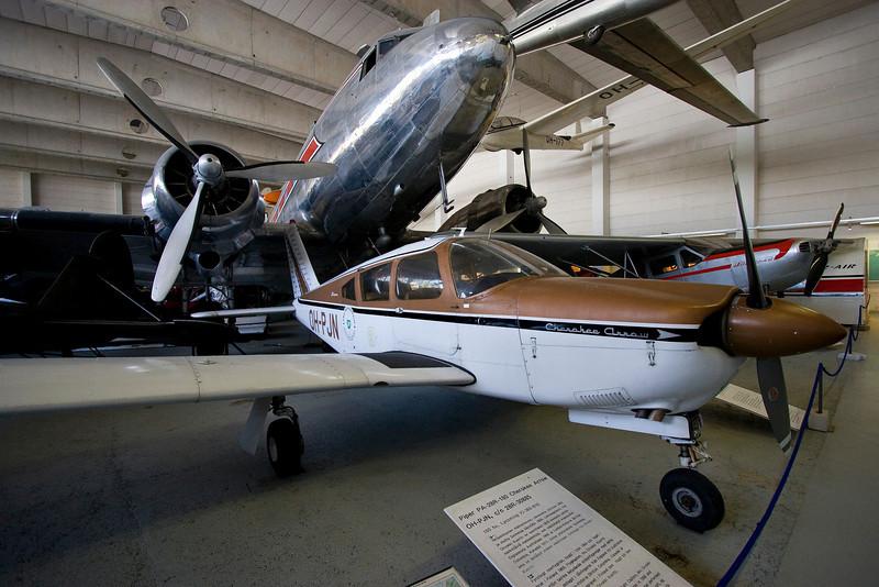 DC-3 og Piper Arrow sem farið hefur á fimm heimsálfur, er með Keflavík meðal annarra staða sem hann hefur lent á, skrifað á stélið.