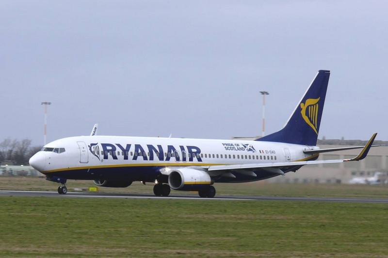 Ryanair 737-800 EI-DAO<br /> By Clive Featherstone.