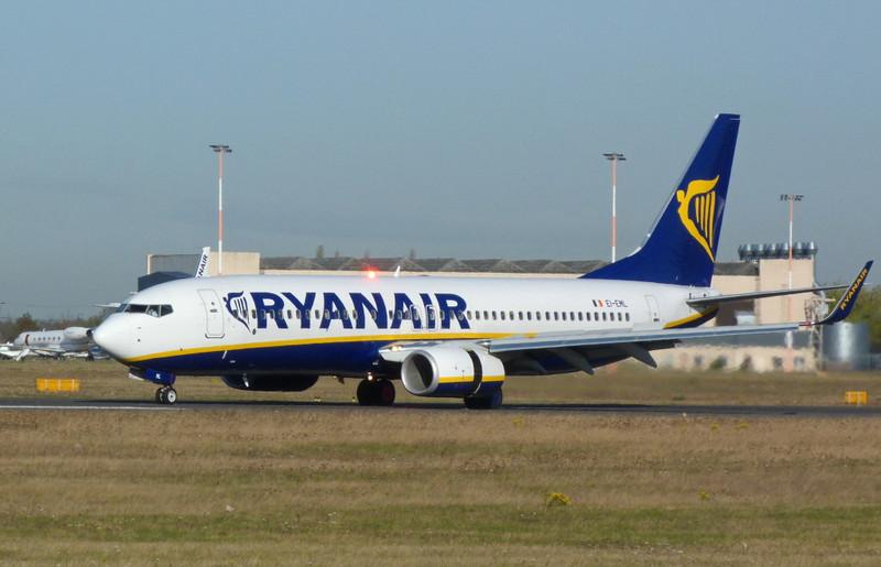 Ryanair 737-800 EI-EML.<br /> By Clive Featherstone.
