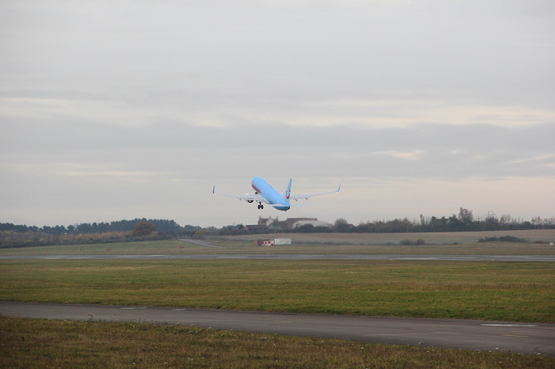 Thomson Airways, 737-800, G-TAWH.<br /> By Clive Featherstone.
