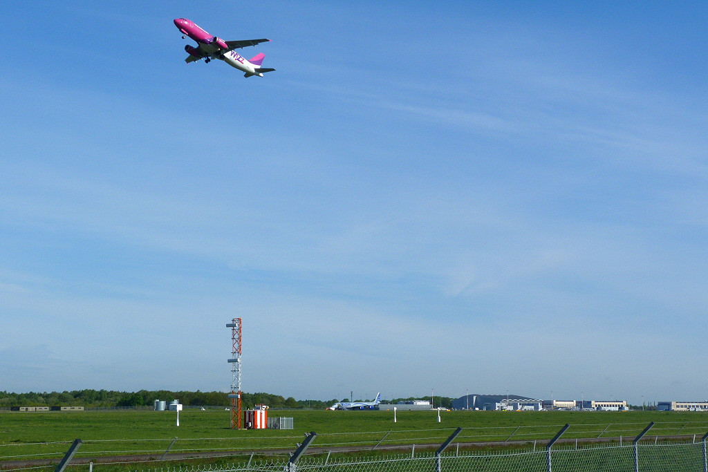 Wizz Air A320 HA-LPS.<br /> By Clive Featherstone.
