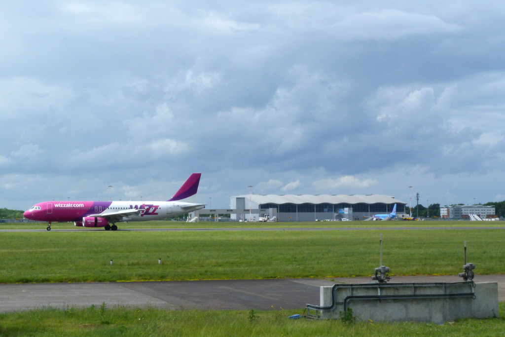 Wizz Air A320 HA-LWI & Thomson Airways 737-800 G-TAWF.<br /> By Clive Featherstone.