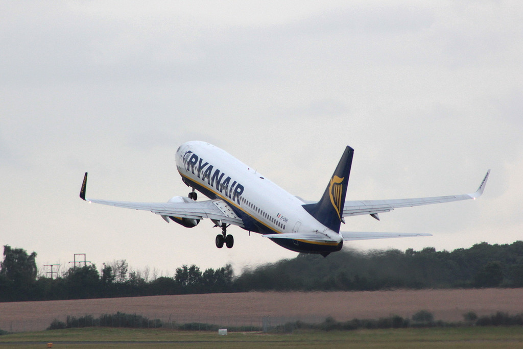 Ryanair 737-800 EI-DHH<br /> By Clive Featherstone.