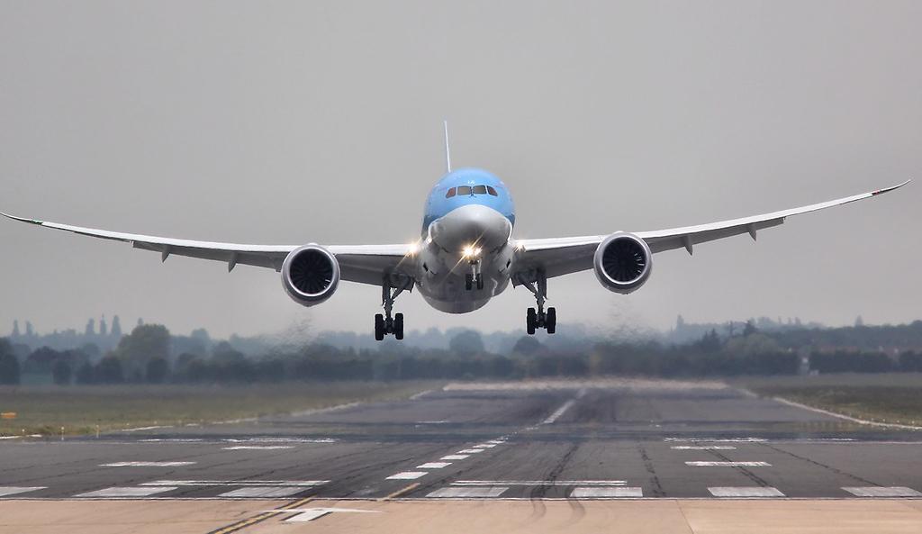 Thomson Airways 787-800 G-TUIA.<br /> By Jim Calow.